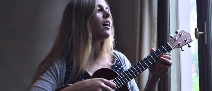 Lucia Taccheti intenta tomarse el mundo con su ukelele